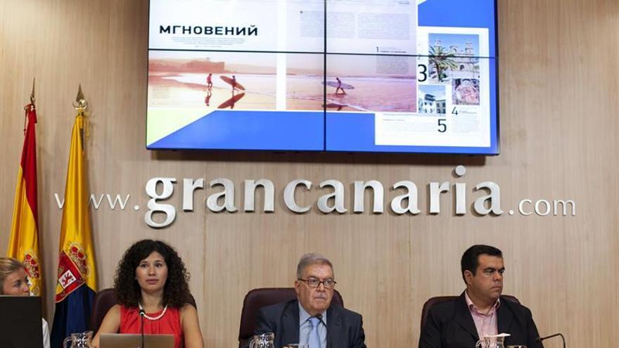 La representante de la empresa Runo, Natalia Zakharova, el presidente de la corporación insular, José Miguel Bravo de Laguna y el consejero de Turismo, Melchor Camón.