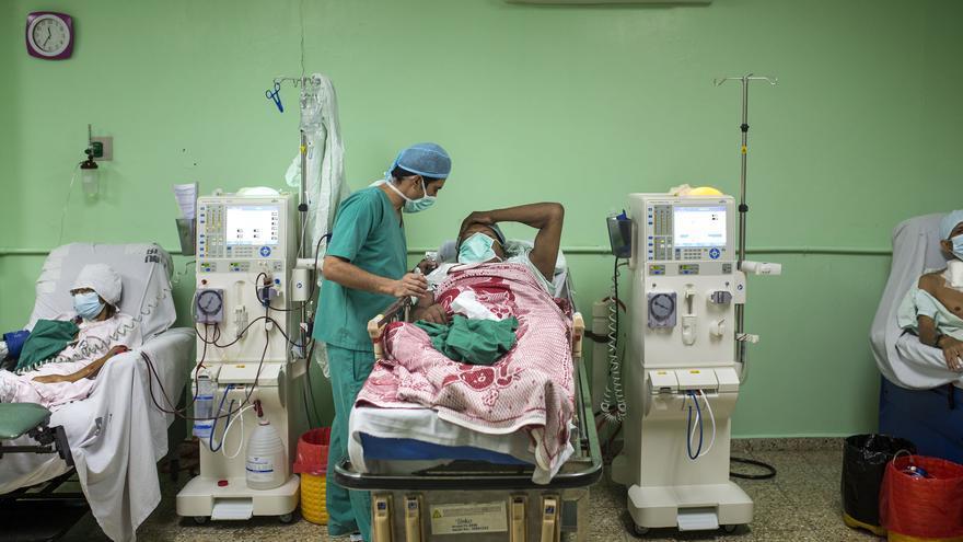 En el Hospital de Usulután hay seis maquinas de diálisis y la espera suele ser de unas 60 personas. Aunque el tratamiento es gratuito para los pacientes de enfermedades renales, no siempre hay medicinas y las tienen que comprar los propios afectados. La insuficiencia renal debida a la exposición directa a pesticidas y la contaminación de la tierra y el agua en El Salvador mata entre 800 y 500 personas al año según fuentes de el propio país.