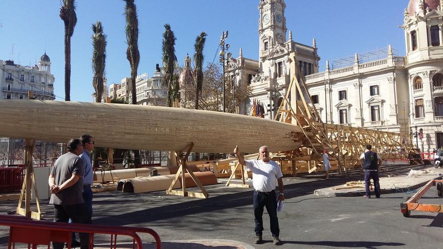 El artista de la falla municipal, Manolo García, prepara la plantà del monumento
