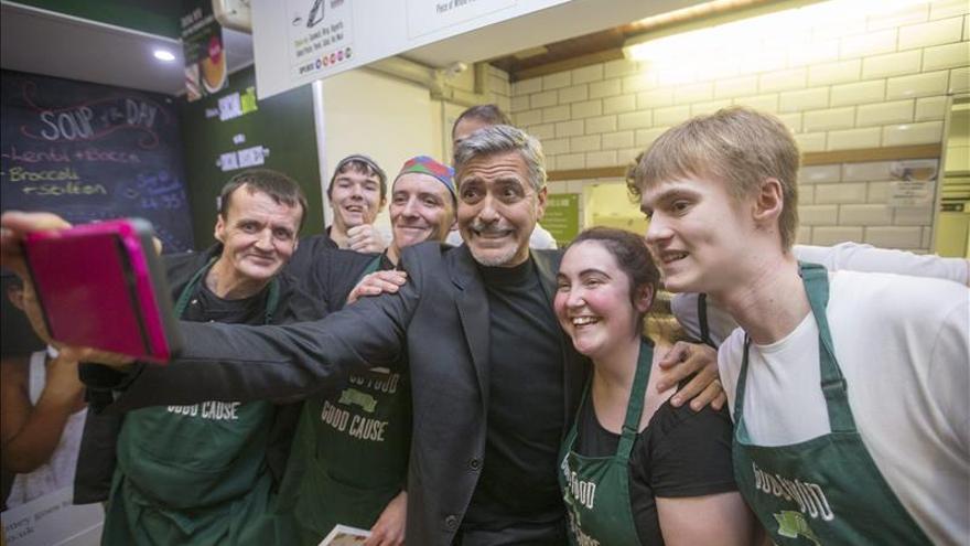 Clooney desata la locura en su visita a una cafetería social en Edimburgo