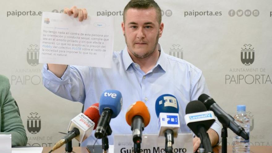 Guillem Montoro muestra uno de los mensajes discriminatorios recibidos desde que se presentó públicamente como concejal transexual