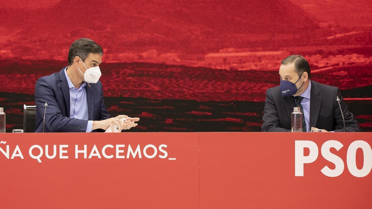 Pedro Sánchez y José Luis Ábalos durante la Ejecutiva del PSOE este jueves.