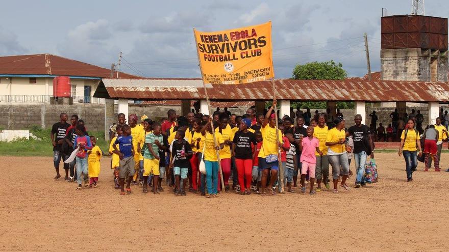 El equipo Kenema Ebola Survivors FC en la inauguración de su gran primer partido, contra los trabajadores sanitarios reunidos en el equipo The Ebola Fighters. / Foto: Nadia Wauquier.