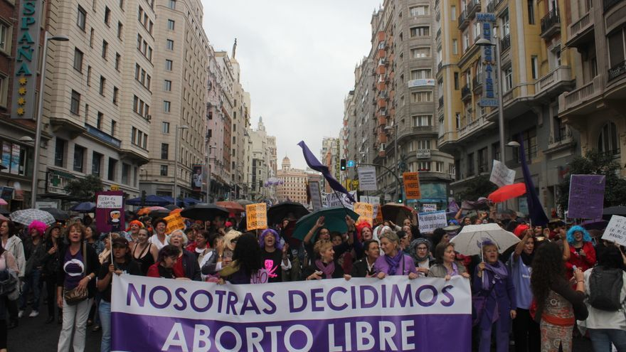 La manifestación por el derecho al aborto libre tomó la Gran Vía este domingo / D.N.