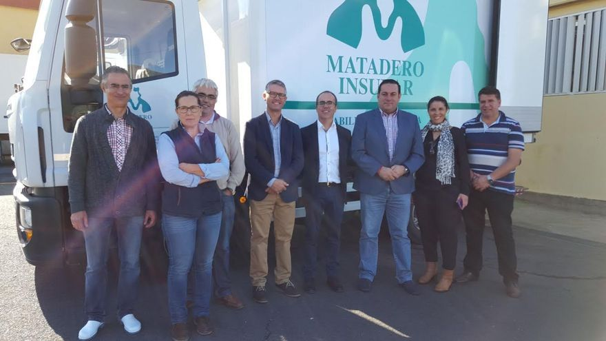 Ricardo Redondas (centro), con autoridades insulares y municipales y técnicos, durante la visita al Matadero Insular.