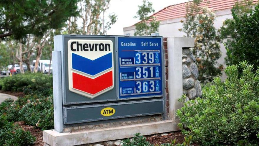 Chevron cierra el semestre con beneficios, frente a las pérdidas de 2016