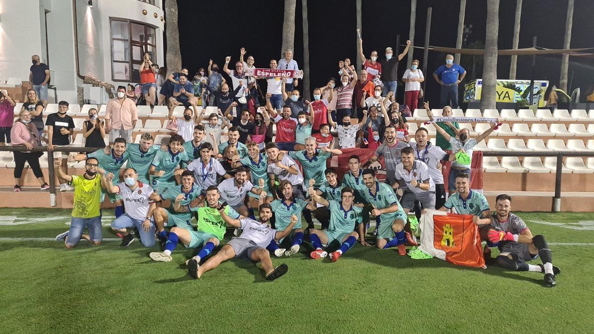 Los jugadores del Atlético Espeleño celebran el triunfo