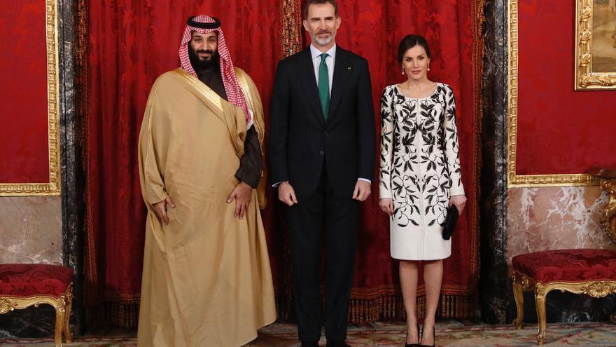 Los reyes junto al príncipe saudí Bin Salman, que regaló 22 piezas de joyería a la familia real española en su visita a Madrid en 2018