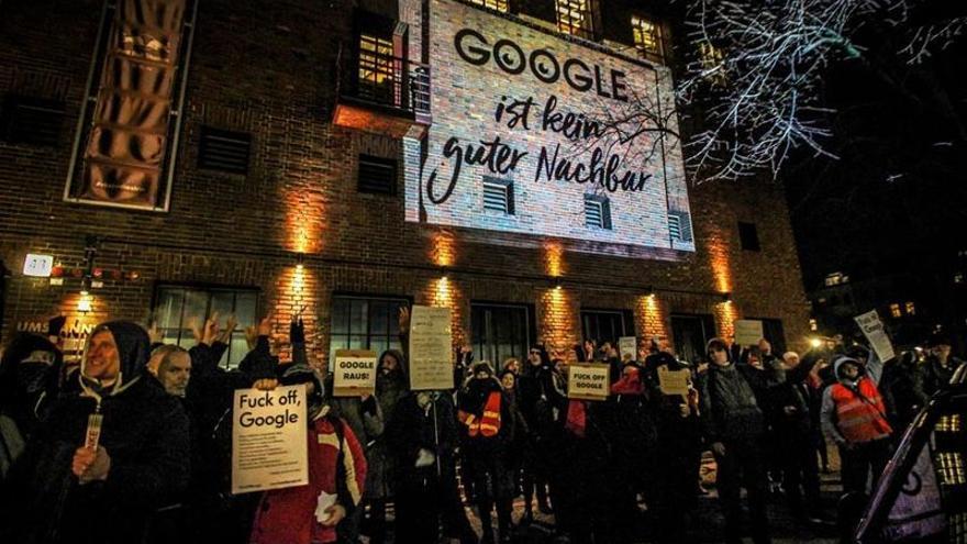 Manifestación de activistas contrarios a la implantación de un campus de Google en un barrio de Berlín.