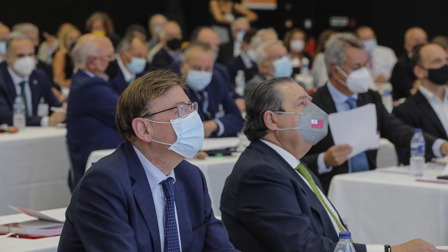 El president de la Generalitat, Ximo Puig (i) y el presidente de AVE, Vicente Boluda, asisten a la ponencia del exportavoz de CiU en el Congreso y exlíder de Unió Democràtica, Josep Antoni Duran i Lleida, durante la Asamblea General de la Asociación Valen