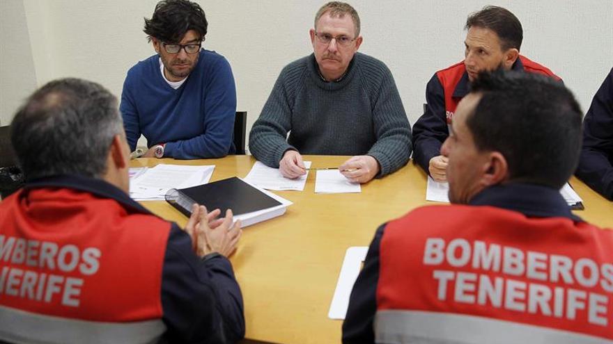 Los representantes de los bomberos, durante su reunión este miércoles en el Cabildo
