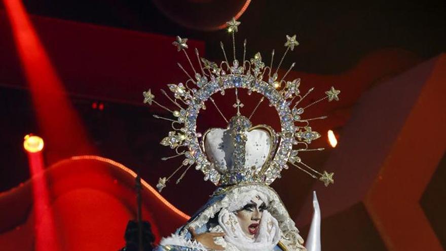 Drag Sethlas, con la fantasía '¡Mi cielo yo no hago milagros. Que sea lo que Dios quiera'. EFE/Elvira Urquijo