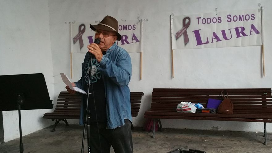 Ramón Araújo, este martes, en la lectura del poema dedicado a Laura. Foto: LUZ RODRÍGUEZ.
