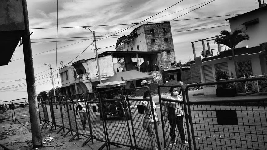 Pedernales, en la provincia de Manabí, fue el epicentro del terremoto de 7,8 grados en la escala de Richter. Allí fallecieron más de 170 personas. Días después del terremoto la población sigue utilizando mascarillas para protegerse del polvo provocado por la limpieza de los escombros y para evitar el hedor a cuerpos en descomposición que todavía persiste en algunas zonas de la ciudad. Fotografía: Albert Masias/MSF