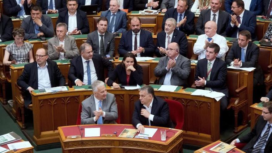 El primer ministro húngaro, Viktor Orbán (c-d), participa en una sesión del parlamento en Budapest (Hungría), el 20 de junio del 2018.