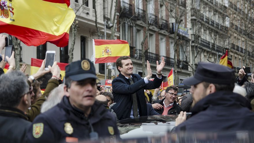 Pablo Casado saluda a los asistentes a la manifestación de Plaza de Colón