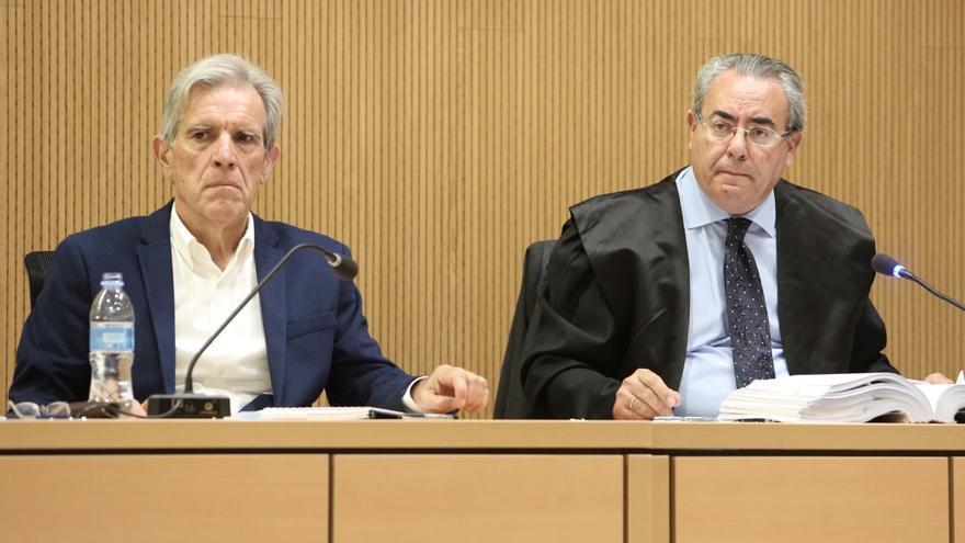 José María Hernández, a la izquierda, junto a su abogado, Esteban Mestre. (ALEJANDRO RAMOS)
