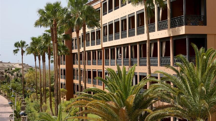 Una turista se asoma al balcón de su habitación en el hotel del sur de Tenerife aislado tras detectarse cuatro casos de coronavirus