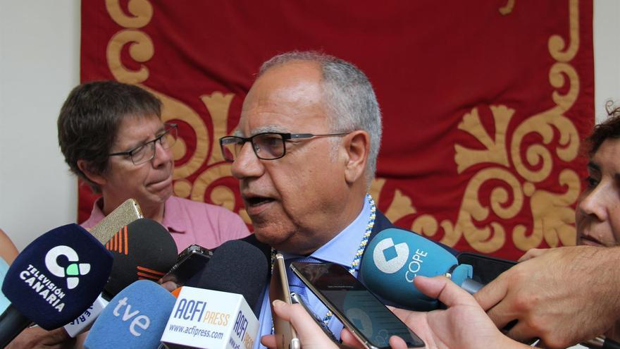 Curbelo, atendiendo a los medios en el Parlamento de Canarias