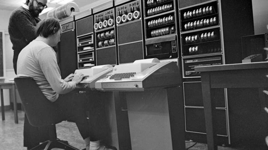 Ken Thompson y Dennis Ritchie, dos de los desarrolladores del sistema Unix, en los Bell Labs