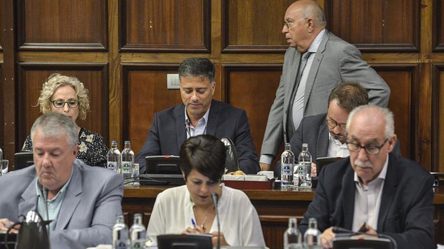 María Nebot y Miguel Ángel Rodríguez en el pleno del Cabildo de Gran Canaria sentados entre el PSOE y NC