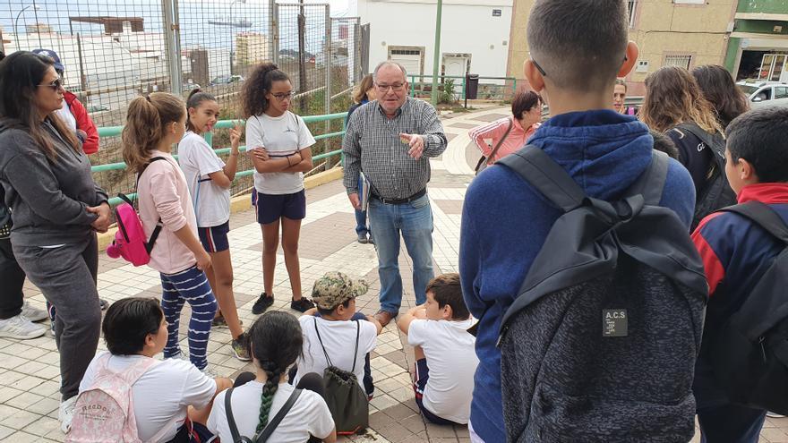 Guía en Schamann explica los entresijos del barrio a niños y niñas.