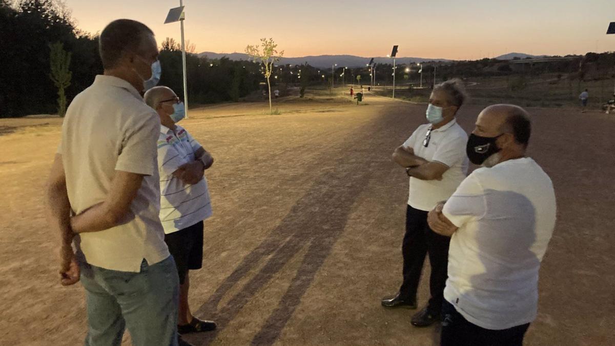 El presidente de la GMU del Ayuntamiento de Córdoba, Salvador Fuentes (segundo por la dcha.), visita el Parque de Levante con las farolas ya en funcionamiento.