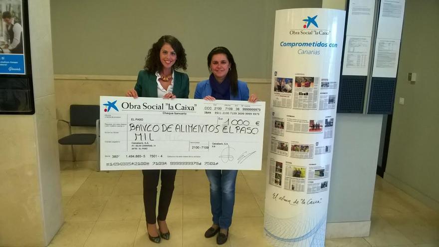 En la imagen, la directora de la oficina de CaixaBank El Paso, Mara Rodríguez Díaz, y la concejal de Servicios Sociales, Cristo Pérez.