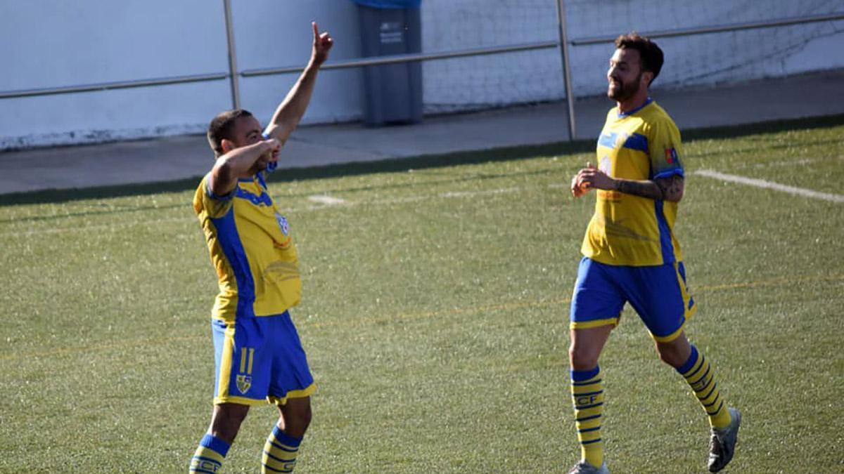 Carlos Cuenca celebrando un gol con el Conil.