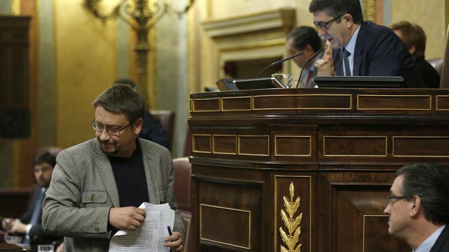 El portavoz de En Comú Podem, Xavier Domenech, en presencia de Patxi López al término de su intervención en la segunda sesión del debate de investidura de Pedro Sánchez