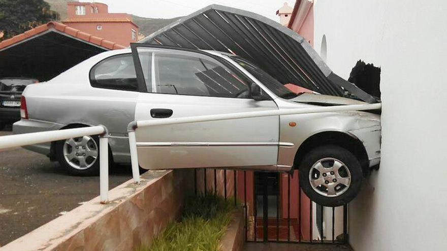 Herida tras empotrar el coche contra la fachada de su vivienda en Tenerife