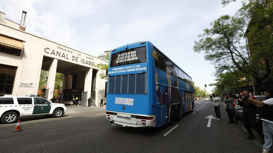 El 'Tramabús' de Podemos reanuda su ruta cinco horas después tras la reparación de la marcha atrás