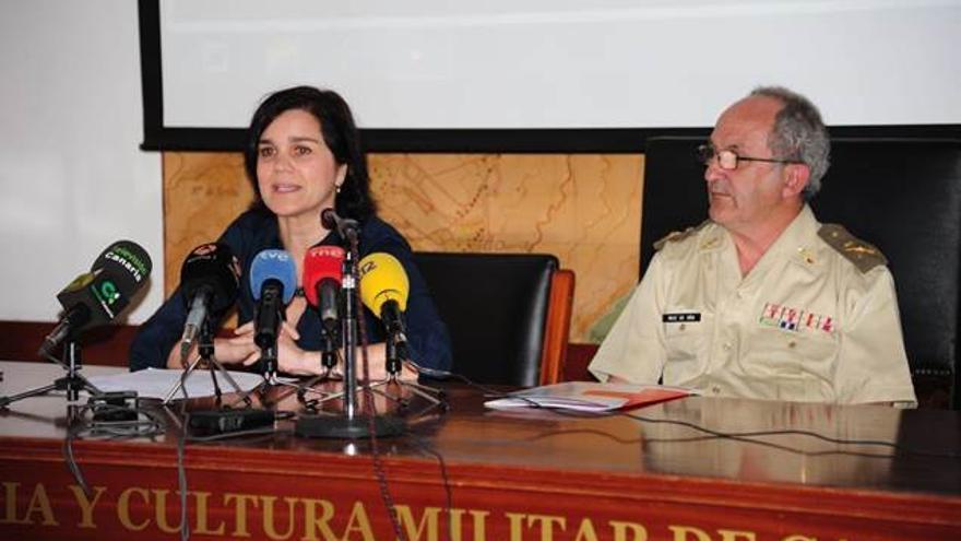 Elena Marco, coordinadora provincial, junto al general Alberto Ruiz Oña, director del Centro de Historia y Cultura Militar, donde se presentó la memoria.