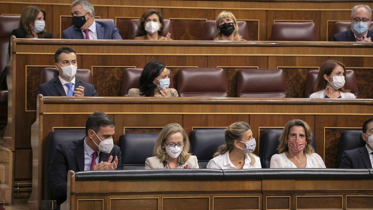 Pedro Sánchez junto a Nadia Calviño y Yolanda Díaz durante una sesión de control al Gobierno.