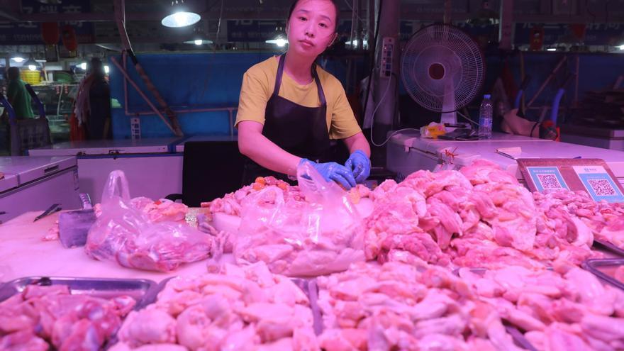 China detecta trazas de coronavirus en muestras de alitas de pollo de Brasil