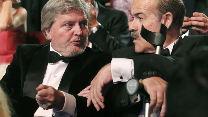 El ministro de Cultura, Iñigo Méndez de Vigo, junto al presidente de la Academia, Antonio Resines, en los Goya 2016. / EFE/Ballesteros