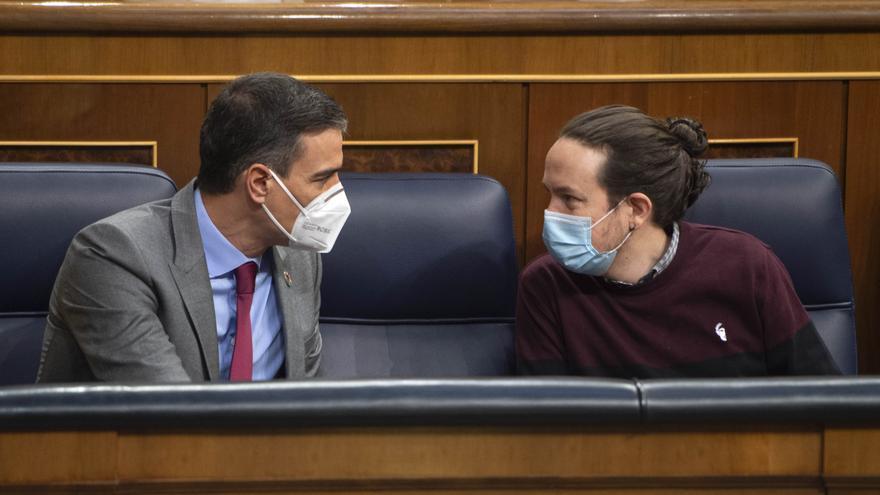 El presidente del Gobierno, Pedro Sánchez (i); conversa con el exicepresidente segundo del Gobierno, Pablo Iglesias.