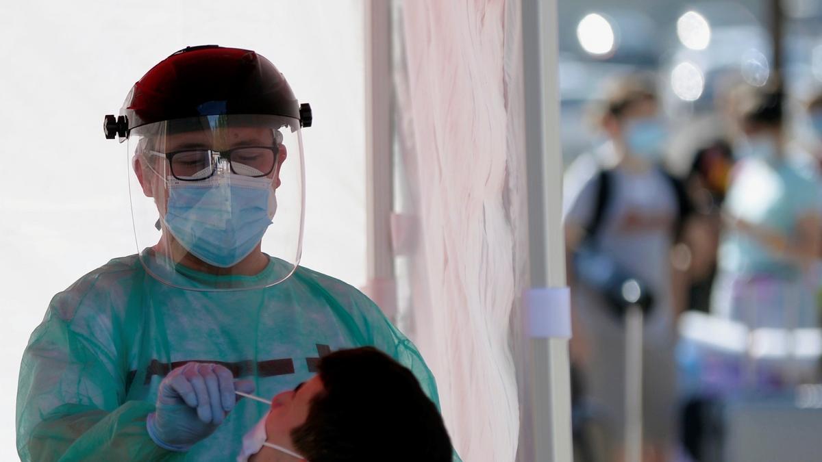 Un efectivo de Cruz Roja realiza una prueba PCR a un joven en Valladolid. EFE/ Nacho Gallego/Archivo