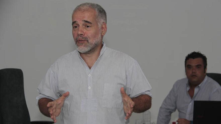 El portavoz de Ben Magec-Ecologistas en Acción, Eugenio Reyes, durante una conferencia en el Archivo municipal de Arrecife sobre la Ley de Suelo invitado por Nueva Canarias.