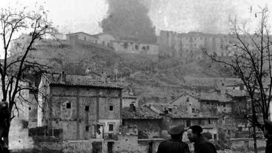 Hemingway, segundo por la derecha, durante su estancia en Teruel como corresponsal durante la Guerra Civil. Foto: Alfonso Casas