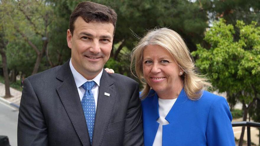 El 'número 2′ de la lista del PP de Marbella, Cristóbal Garre , junto a la alcaldesa y candidata, Ángeles Muñoz, el pasado 12 de abril