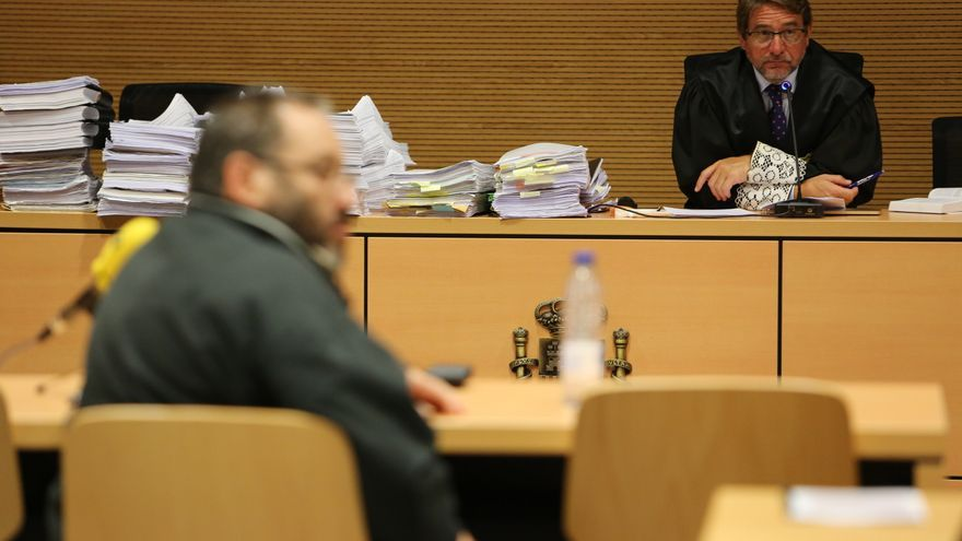 El juez Salvador Alba durante la primera sesión del juicio contra Juan Antonio Navarro, autor del incendio de 2007