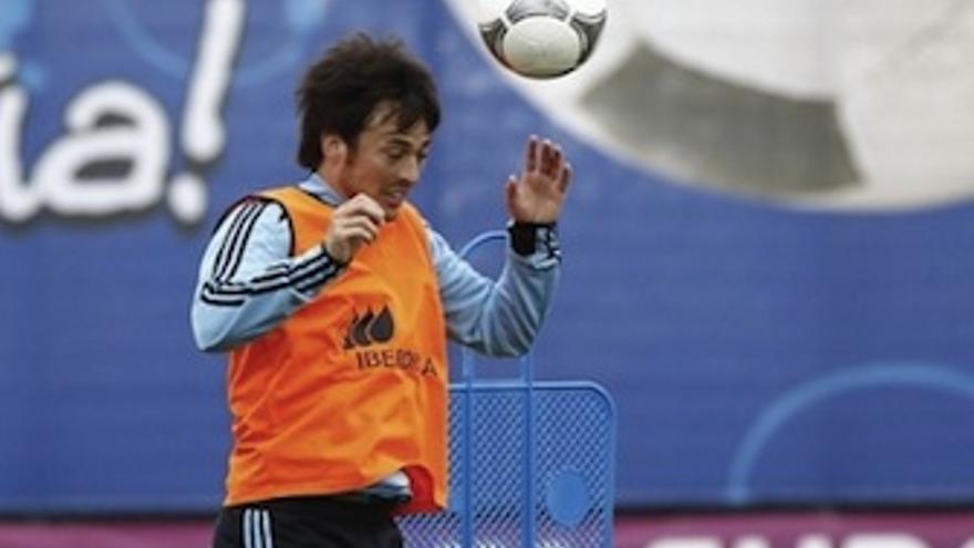 Silva remata de cabeza durante un entrenamiento. (rfef.es)