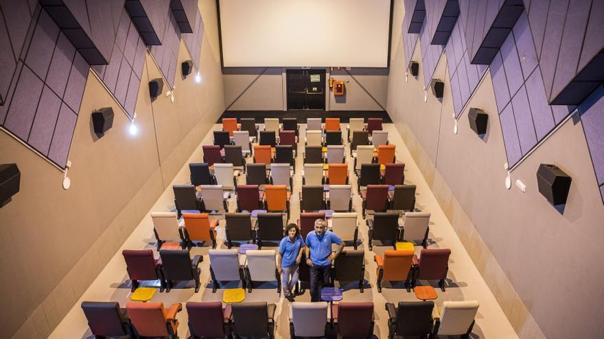 Yolanda García y José Antonio Ortega, dos de los socios de los Cines Séptimo Oficio, en una de las salas./ Olmo Calvo