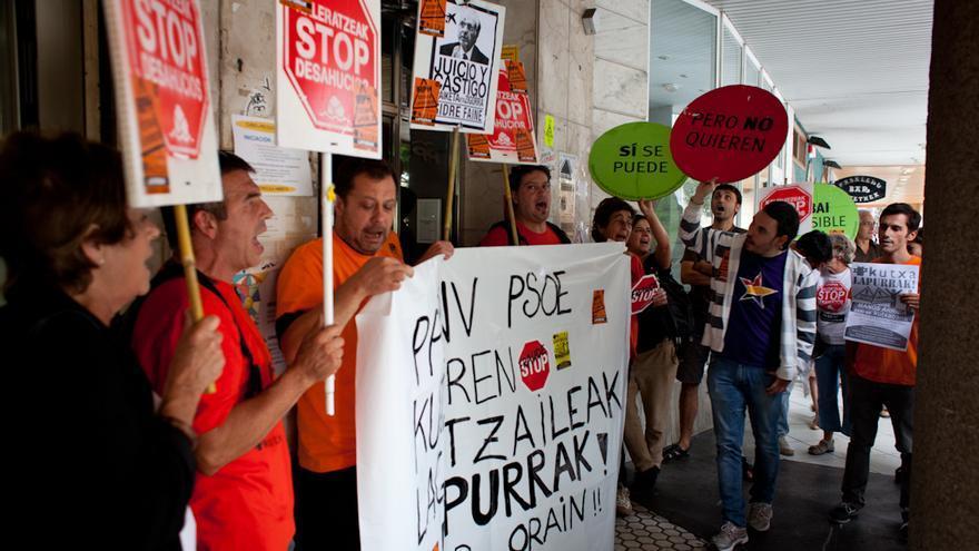 Miembros de Stop Desahucios protestan frente a la sede del PP./ Javi Julio.