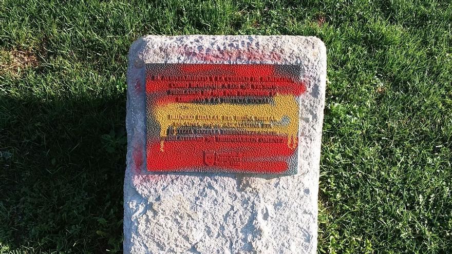 Aparece pintada con la bandera de España la placa que recuerda en Pamplona a los fusilados en 1936