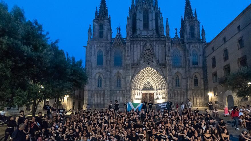 Activistas en Barcelona tras la acción del 'cubo de la verdad'. Agosto, 2019.