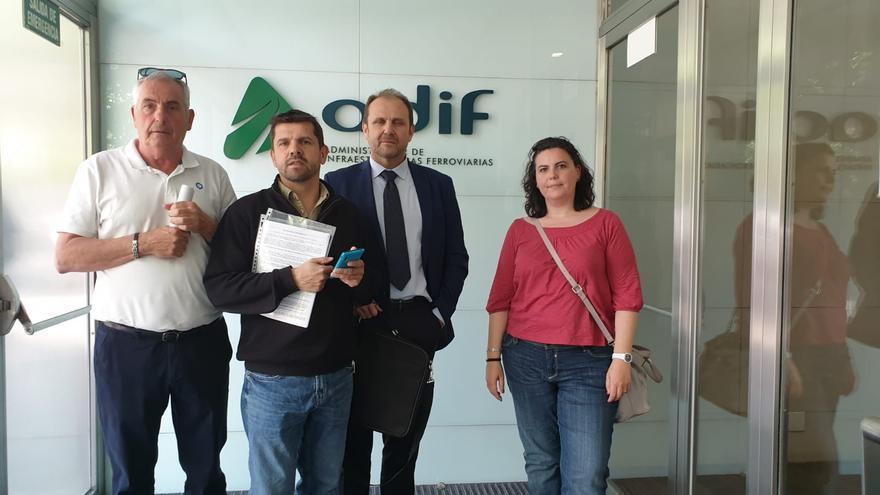 Representantes de las víctimas del Alvia en la sede de Adif antes de reunirse con su presidenta
