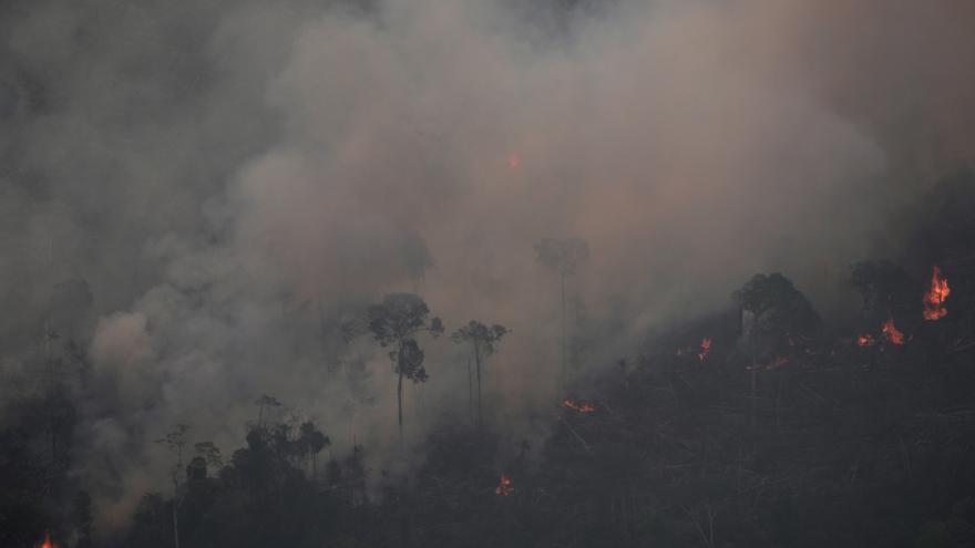 El humo envuelve la zona amazónica cercana a Porto Velho, 21 de agosto