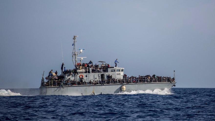 El barco guardacostas libio que ha interceptado una de las pateras que intentaba llegar a aguas italianas.